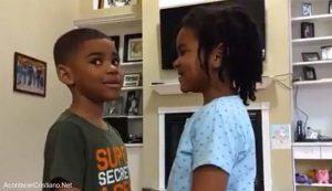 Niña enseña a hermano versículo bíblico para no tener miedo al coronavirus