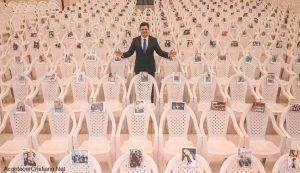 Pastor pone foto de creyentes en sillas y promueve culto online debido a cuarentena