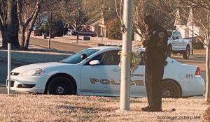 Policía ora todos los días frente a escuela por estudiantes y su comunidad