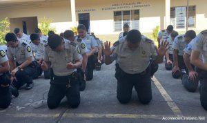 Policías de Gautemala oran de rodillas pidiéndole a Dios los proteja del coronavirus
