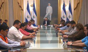 Presidente de El Salvador ora con su gabinete para afrontar el coronavirus
